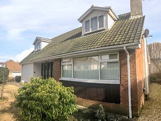 SEAGULLS, hot tub, ground floor bedrooms, close to beach, Porthcawl, Ref 943586 - Porthcawl vacation rentals