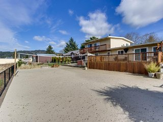 Cozy dog-friendly vacation rental w/ shared hot tub, washer/dryer, & river views - Pacific City vacation rentals