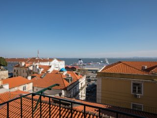 COZY APARTMENT WITH BALCONY AND RIVER VIEW - Lisbon vacation rentals