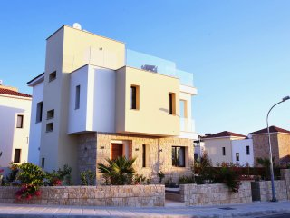 Golden villa 8. Luxury 3 bedroom beach villa with private pool. - Chlorakas vacation rentals