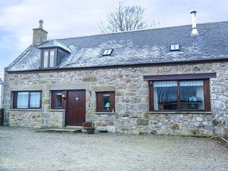AUCHINGOUL COTTAGE woodburning stove, far-reaching views, near Huntly Ref 948993 - Huntly vacation rentals