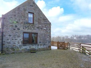 SWALLOW COTTAGE woodburning stove, far-reaching views, near Huntly Ref 948997 - Huntly vacation rentals