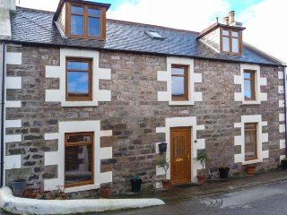 2 CRAIGENROAN PLACE fabulous cottage, close to coast, WiFi, wildlife spotting, walks, golf nearby, Buckie, Ref 951461 - Findochty vacation rentals