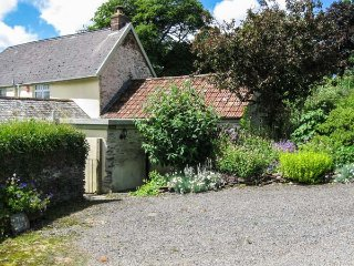 THE OLD DAIRY, all ground floor, woodburning stove, garden with views, near Combe Martin, Ref 953459 - Combe Martin vacation rentals
