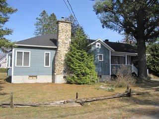 La maison Bleue près du Lac, spa et foyer - Ayer's Cliff vacation rentals