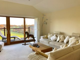 Lark Rise, Spacious modern home, south facing views and hot tub. Near Henley. - Peppard Common vacation rentals