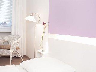 Vacation Apartment in Munich - 258 sqft, hotel service, great location, modern - Eichenau b Muenchen vacation rentals