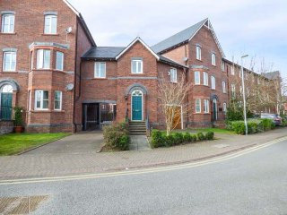 TOWER VIEW, pet-friendly, city holiday cottage, in Chester, Ref 953355 - Chester vacation rentals