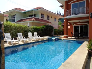 5 Bedroom Villa Sleeps 12 People Private Pool Central Pattaya 15 Min by Taxi - Jomtien Beach vacation rentals
