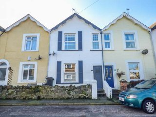 KIELY COTTAGE, mid-terrace, pet-friendly, close to a beach, family-friendly, in Shanklin, Ref 954088 - Shanklin vacation rentals