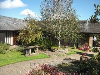 WYE COTTAGE, all ground floor, wet rooms, woodburning stove, hot tub, Builth Wells, Ref 935409 - Builth Wells vacation rentals