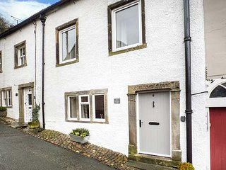 6 CONSTITUTION HILL, terraced, en-suite, pet-friendly, enclosed patio, WiFi, in - Settle vacation rentals