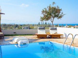 Spacious 4 bedroom Villa in Adelianos Kambos - Adelianos Kambos vacation rentals