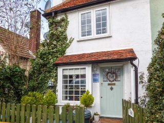 THE COTTAGE, romantic bolthole, pet-friendly, close to beaches, in Mersea Island, Ref 952088 - Mersea Island vacation rentals