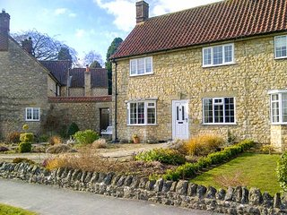IVY COTTAGE, end-terrace, WiFi, lawned garden, close to town centre, in Helmsley, Ref 947064 - Helmsley vacation rentals