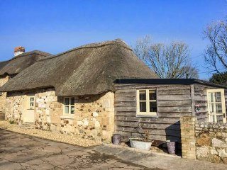 SHEEPWASH BARN, thatched cottage, pet-friendly, off road parking, patio, in Middleton, Freshwater, Ref 951450 - Freshwater vacation rentals