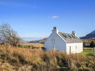 HALF OF 6, pet-friendly, open fire, multi-fuel stove, lawned garden, Portree, Ref 950635 - Portree vacation rentals