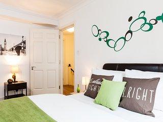 BEST LOCATION*HUGE 3BED3BATH*OXFORD STREET*REFURBISHED AND DESIGNED*LIFT*SAFE* - London vacation rentals