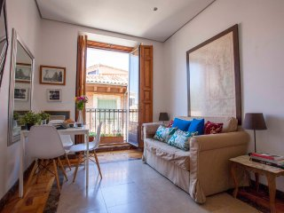 MEDITERRANEAN BALCONY VIEWS, historic LA LATINA - Madrid vacation rentals