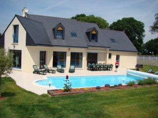 Superbe Villa 14 personnes,6 chambres,piscine privée, accès handicapés,8 kms mer - Saint-Yvi vacation rentals