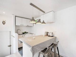1 Bedroom Design Flat Rue Montorgueil - Cys-la-Commune vacation rentals