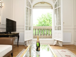 20. 2BR 2BA FLAT WITH A BALCONY AND EIFFEL TOWER VIEW - Paris vacation rentals