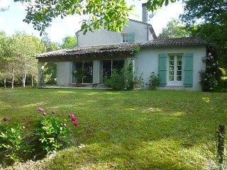 GRANDE MAISON 198 m2 SUR PARC TRES PROCHE D'ANGOULEME - Angouleme vacation rentals
