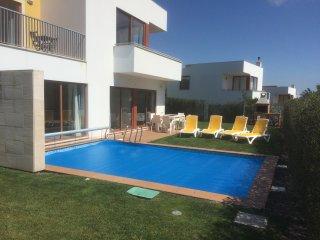 Luxurious, detached 3 bed & bath villa: big garden, includes heated pool & wifi - Obidos vacation rentals