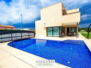 Spectacular 4-bedroom villa in Riudellots, just 10km from Girona! - Riudellots de la Selva vacation rentals
