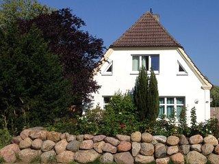Ferienhaus mit großem Garten in Strandnähe, Fewo BROMBEERE - Graal-Müritz vacation rentals