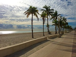 Hollywood Beach Getaway -steps to beach & broadwalk - Hollywood vacation rentals