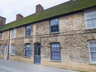 NUMBER 5, high quality accommodation, town location, open fire, courtyard, in - Woodstock vacation rentals