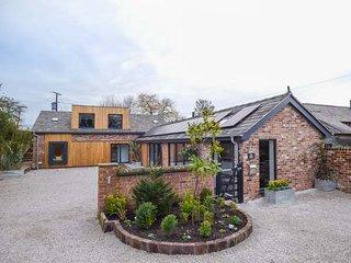 THE GREEN HOUSE, detached cottage, en-suites, woodburner, hot tub, in Sandiway - Sandiway vacation rentals