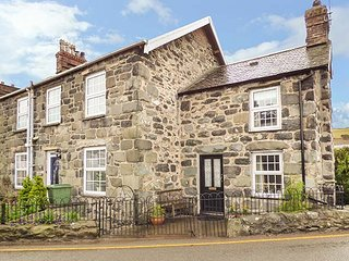 BODLONDEB, one bedroom, open fire, patio overlooking river, in Llwyngwril, Ref - Fairbourne vacation rentals