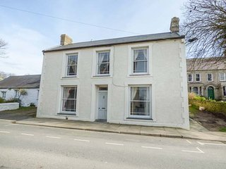 THE CWTCH, all ground floor, pet-friendly, short walk to shop and pub, St - Saint Davids vacation rentals