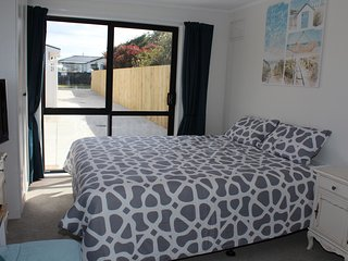 Immaculate Stay Near Beach, Shops and Golf Course - Mount Maunganui vacation rentals