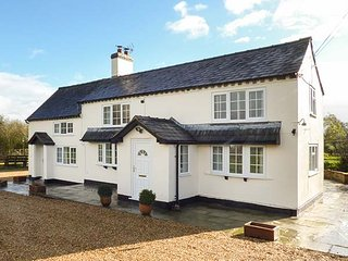CHAPEL LANE COTTAGE, woodburning stoves, ground floor bedrooms, patio garden - Nantwich vacation rentals