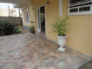 Casa estilo classico, 50 mts da praia, proximo de comercio e transporte. - Itanhaem vacation rentals