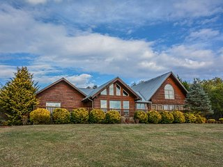 PANORAMIC HAPPINESS- 7 BEDROOMS, 4 BATH, SLEEPS 22, CABIN WITH A BEAUTIFUL - Blue Ridge vacation rentals