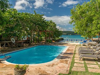 Coral Cove on the Beach - Ideal for Couples and Families, Beautiful Pool and Beach - Discovery Bay vacation rentals
