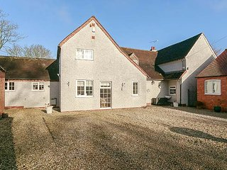 FARMHOUSE, detached, 5 bedrooms, enclosed garden, near Coventry, Ref 948642 - Coventry vacation rentals