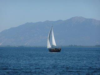 "FLATHEAD ""On the Lake"" CUSTOM LOG CABIN ....Enjoy year 'round'!! - Lakeside vacation rentals"