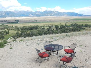 Beautiful 2 bedroom Silver Star Cottage with Deck - Silver Star vacation rentals