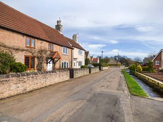 GARTH FARM COTTAGE, traditional, character features. lovely gardens, nr - Langwith vacation rentals