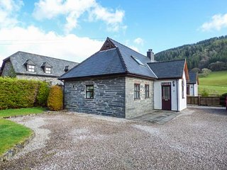 2 STABLE COTTAGE, pet-friendly, courtyard patio, mountain and woodland views - Dinas Mawddwy vacation rentals