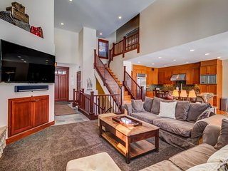 Townhome featuring a private hot tub and great views of the golf course. - Mammoth Lakes vacation rentals