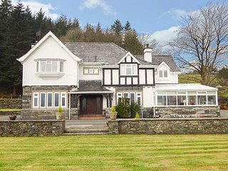 PENGWERN FARMHOUSE, hot tub, lawned garden, pool table, walks from the door - Llanrwst vacation rentals