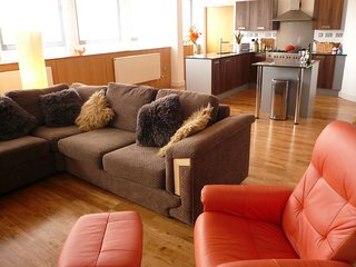 Trendy, urban open plan apartment, close to city centre with secure parking - Bristol vacation rentals