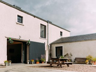 Perfect 3 bedroom Farmhouse Barn in Alyth with Internet Access - Alyth vacation rentals