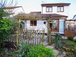 6 HONEYSUCKLE CLOSE, pet-friendly, ground floor bedroom, pretty garden with - Barnstaple vacation rentals